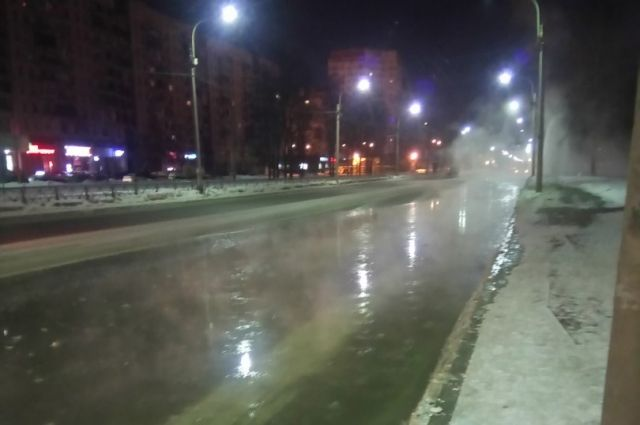 Улица Партизана Германа ушла под воду, став наибольшим «катком» вПетербурге