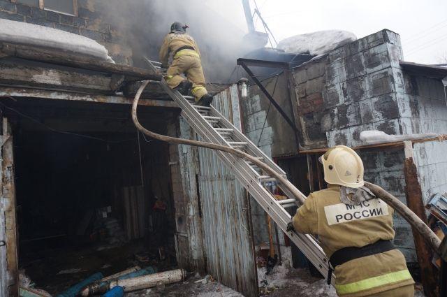 В Таштаголе сгорел частный гостевой дом.