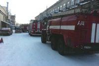 Пожарные час боролись с возгоранием на предприятии.