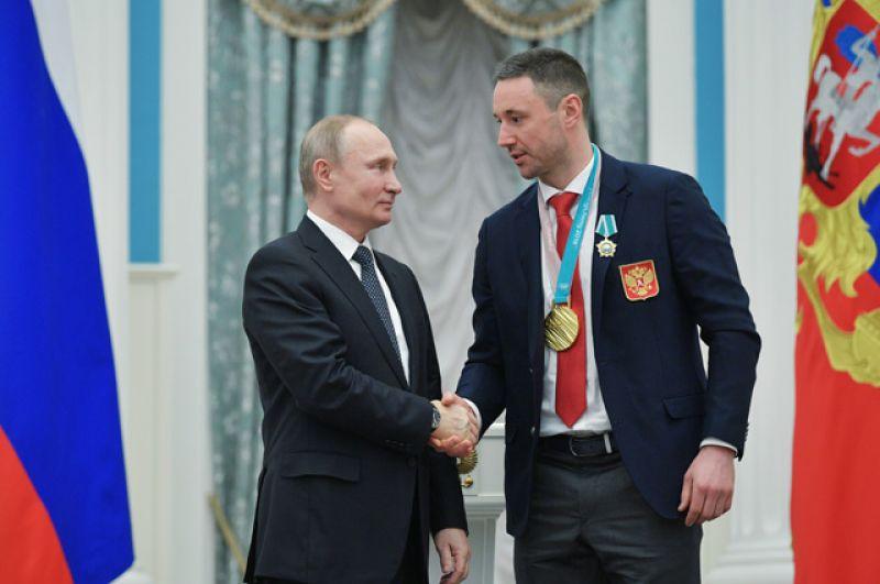 Президент РФ Владимир Путин вручил орден Дружбы чемпиону XXIII зимних Олимпийских игр в Пхенчхане хоккеисту Илье Ковальчуку.