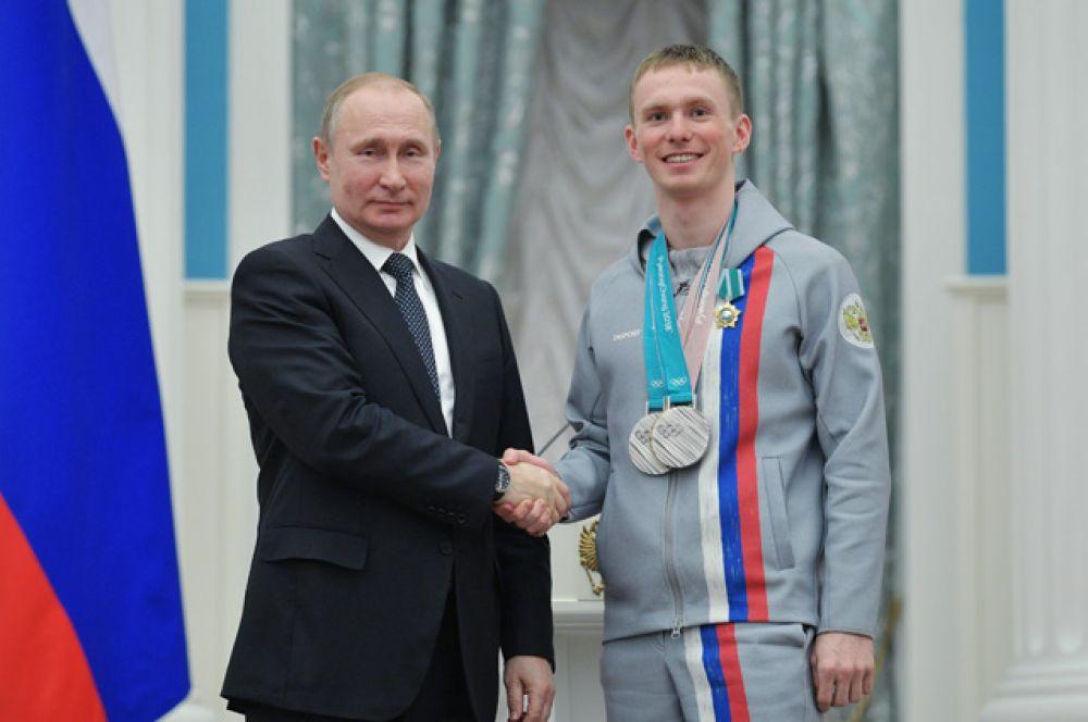 Президент РФ Владимир Путин вручил орден Дружбы Денису Спицову, завоевавшему серебряную медаль в командном спринте в соревнованиях по лыжным гонкам на XXIII зимних Олимпийских играх в Пхенчхане.