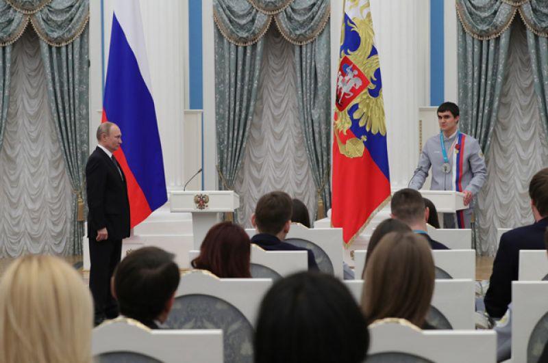 Президент РФ Владимир Путин и серебряный призер соревнований по скелетону XXIII зимних Олимпийских игр в Пхенчхане Никита Трегубов.