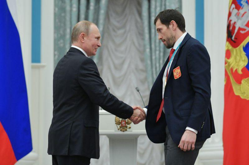 Президент РФ Владимир Путин вручает орден Дружбы чемпиону XXIII зимних Олимпийских игр в Пхенчхане хоккеисту Павлу Дацюку.