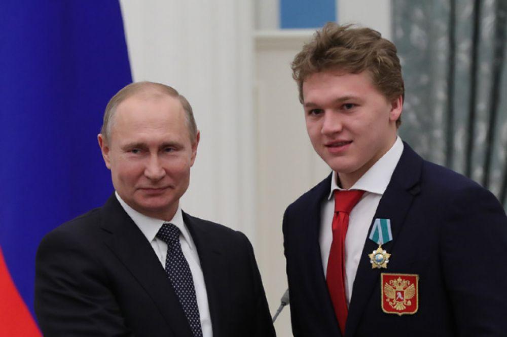 Президент РФ Владимир Путин вручил орден Дружбы чемпиону XXIII зимних Олимпийских игр в Пхенчхане хоккеисту Кириллу Капризову.