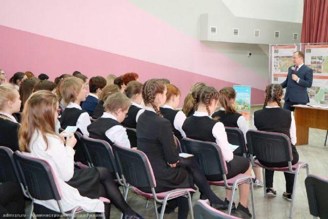 Сергей Карабасов со школьниками.
