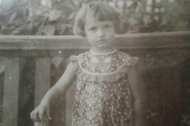 Единственное, что осталось на память от сестры у брата - её детский снимок.