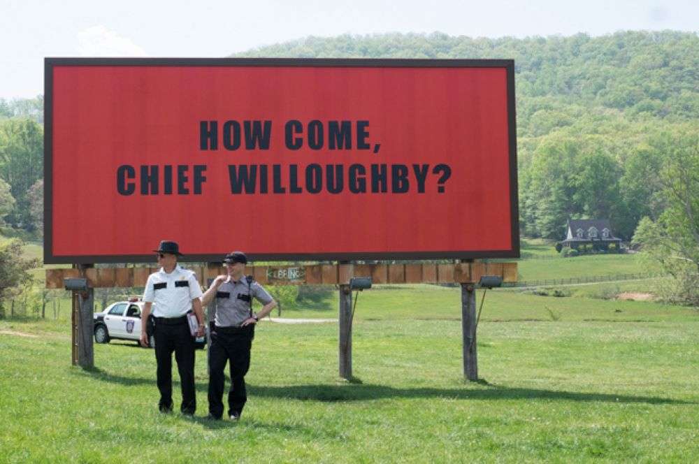 Не менее успешной может стать картина «Три билборда на границе Эббинга, Миссури». Фильм оказался фаворитом в номинациях «Лучший фильм года» и «Лучший оригинальный сценарий».