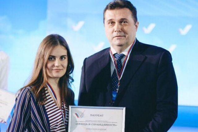 Ксения Орлик получает поздравления от председателя Союза журналистов России.
