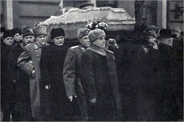 Руководители партии и правительства выносят гроб с телом Сталина из Дома союзов.