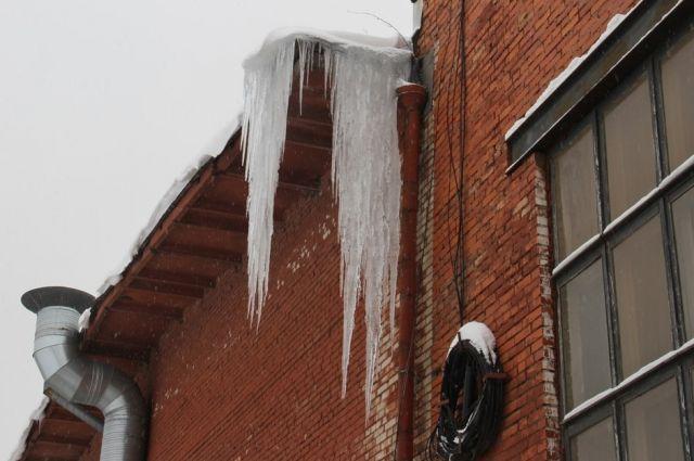 В Нижнем Новгороде школьника ранило упавшей с крыши сосулькой.