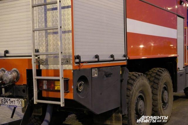 На пожар выехали 10 пожарных машин.