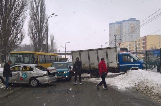 Масштабное ДТП в Киеве возле НАУ: перекрыто движение авто и трамваев