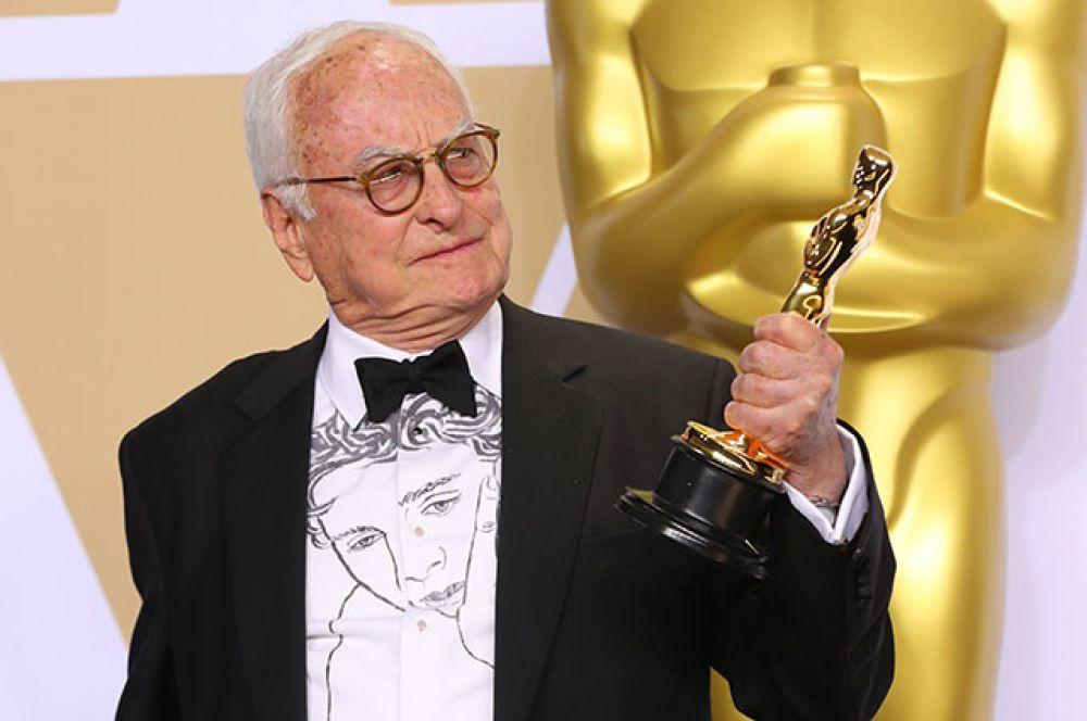 Джеймс Айвори стал обладателем премии в номинации «Лучший адаптированный сценарий» за фильм «Зови меня своим именем» (по одноимённому роману Андре Асимана).