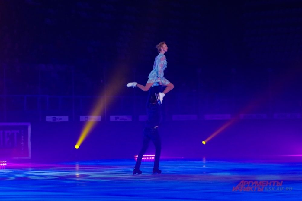 У Татьяны Тотьяминой и Максима Маринина был особенный номер - из-за недавней травмы ноги у фигуристки ей противопоказаны сильные нагрузки. Поэтому почти весь номер был выстроен так, что фигуристка опирается только на одну ногу