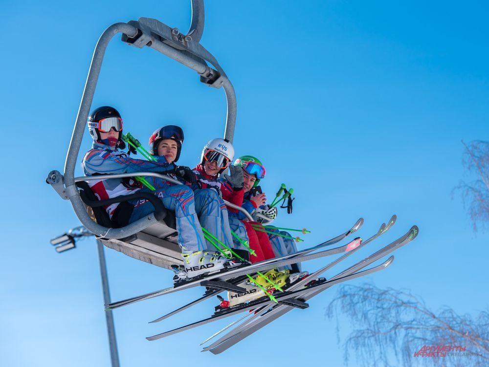 Женская команда России по ски-кроссу двигается на старт соревнований.