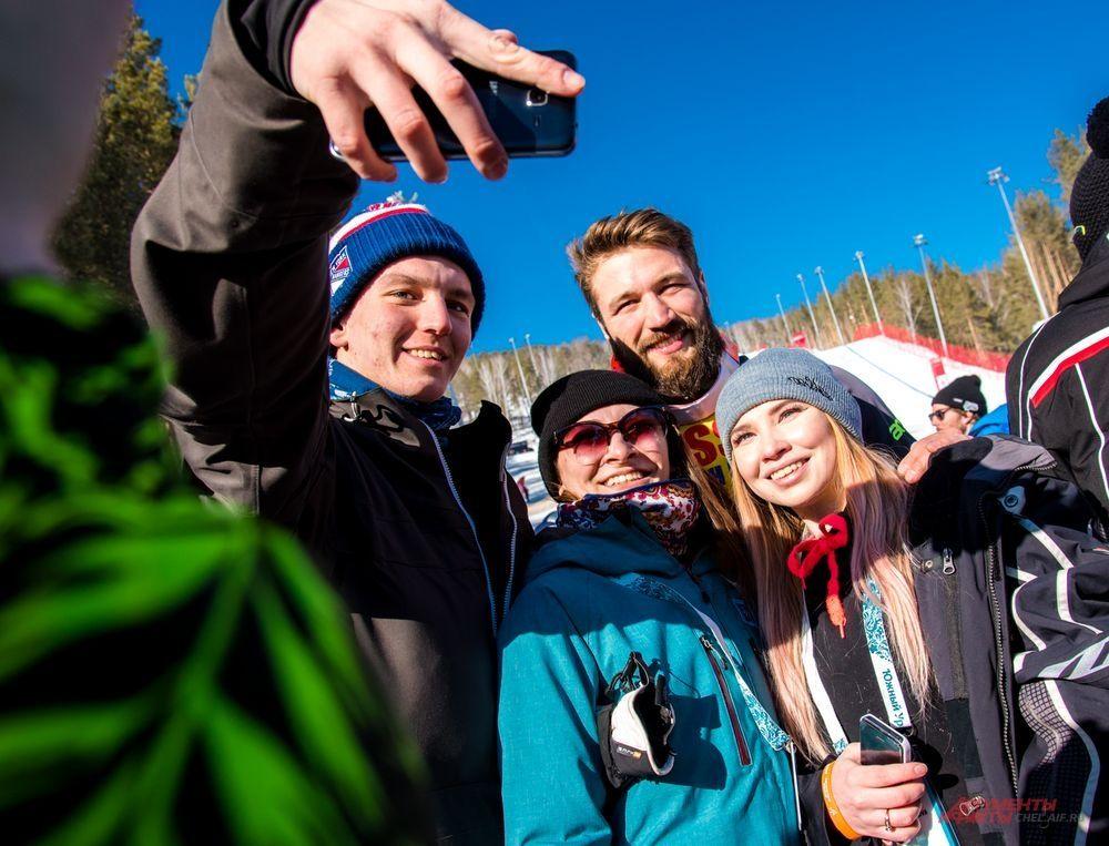 Чемпионы с удовольствием фотографировались с болельщиками. Бронзовый медалист второго соревновательного дня Филип Флисар (Словения) с российскими болельщиками.
