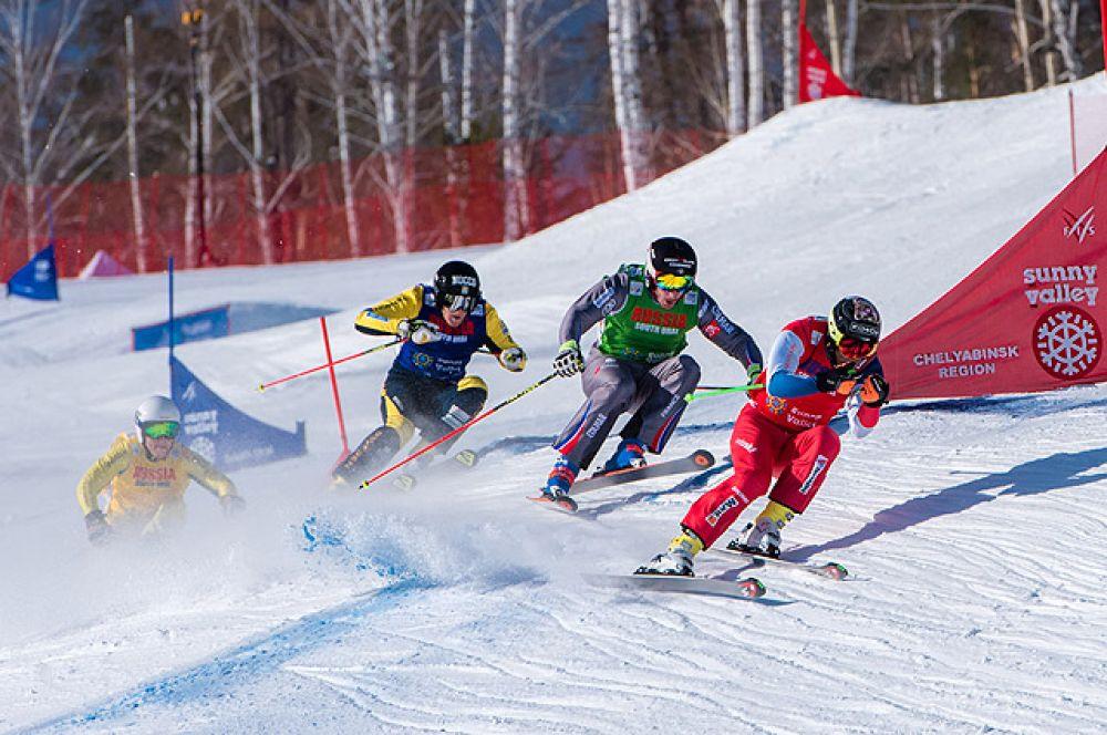 К финишу мчится полуфинальный мужской заезд второго южноуральского этапа Кубка мира по ски-кроссу.
