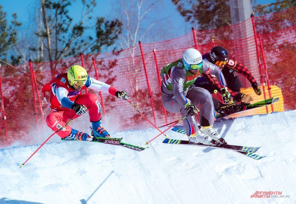 """Один из самых сложных """"верхних"""" участков трассы. Общая протяженность трассы составит 1100 метров, перепад высот – 193 метра, высота старта – 561 метр. Строительством трассы занималась команда профессионалов Winter Shape Pro, которая строила трассу для ски-кроссменов в 2017 году, также, в числе реализованных ими проектов − трассы для Олимпиады 2014 года в Сочи."""