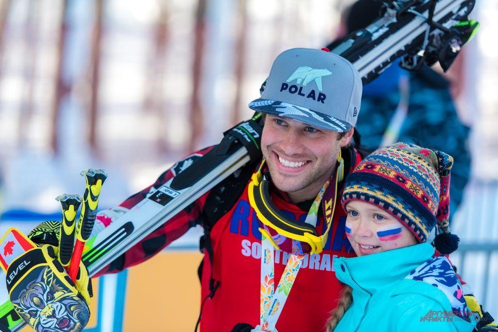 Победитель второго дня кубковых соревнований Кевин Друри (Канада) с юной болельщицей из России.