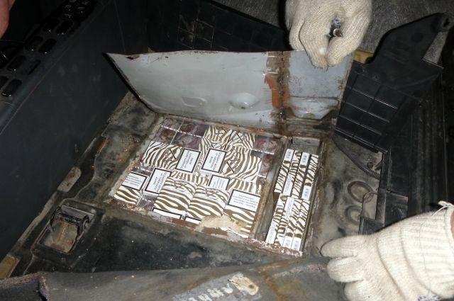 Калининградец замуровал в полу легковой машины более 5 тысяч пачек сигарет.