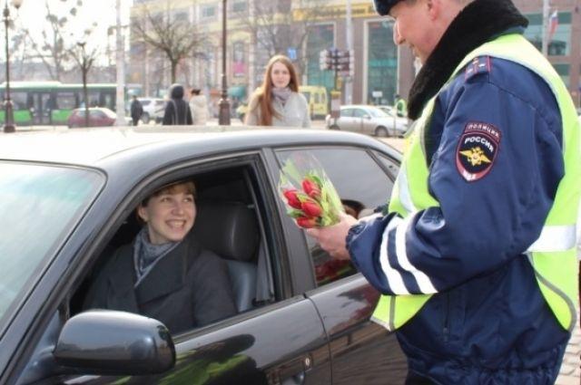 ГИБДД поздравит нижегородских автоледи с 8 Марта.