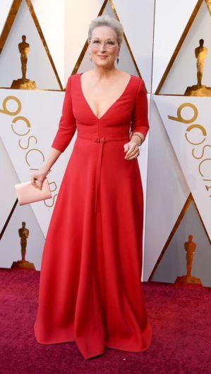 Номинантка этого года Мерил Стрип (в чьей копилке уже имеется три статуэтки) появилась в ярком красном платье с глубоким вырезом.
