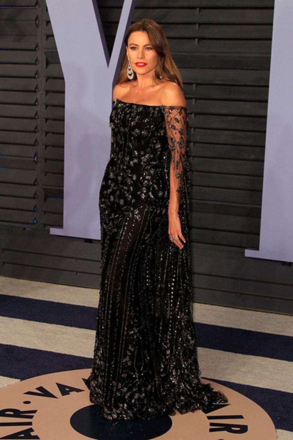София Вергара в черном длинном платье в пол, декорированным блестками продемонстрировала сногсшибательную фигуру.