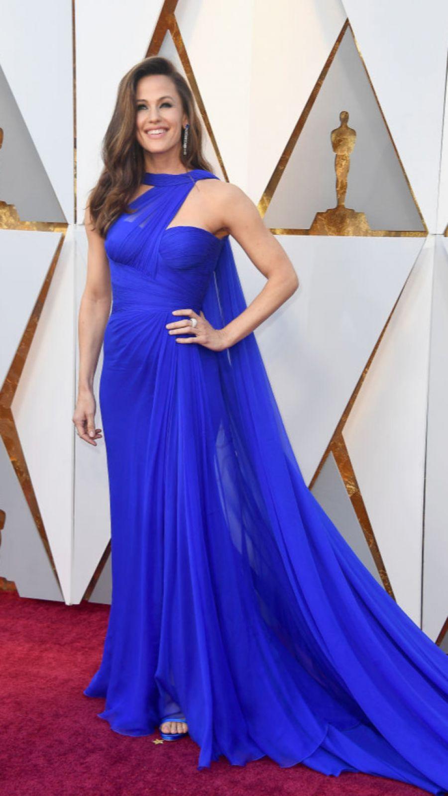 Дженнифер Гарнер выбрала шифоновый яркий наряд, который эффектно подчеркнул ее фигуру.
