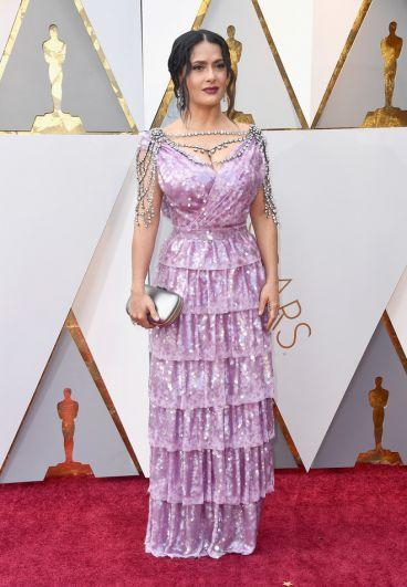 На премии Сальма Хайек появилась в платье сиреневого цвета, декорированном на плечах и декольте полудрагоценными камнями.