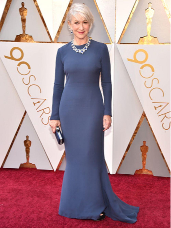 Для своего выхода Хелен Миррен выбрала синее платье. Стилисты дополнили образ голливудской звезды минималистичным клатчем в темно-синем оттенке и роскошными украшениями с сапфирами.