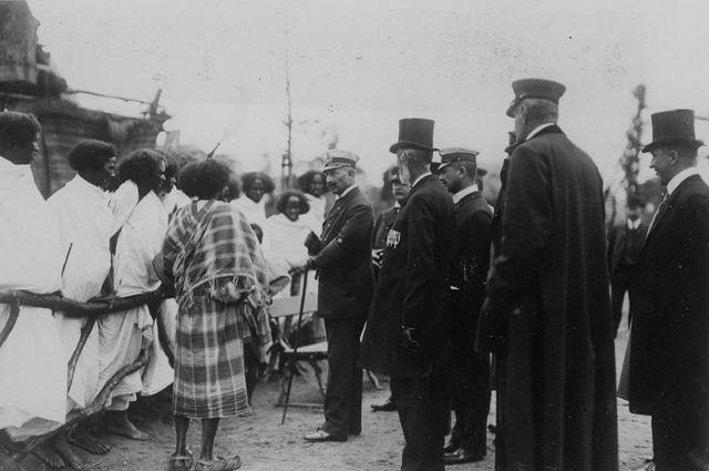 Император Вильгельм II посетил в 1909 году группу эфиопов в зоопарке Хагенбек.