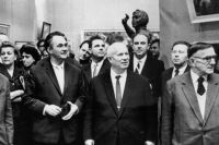 Никита Хрущев в окружении политических и общественных деятелей на выставке в Манеже. 1962 год.
