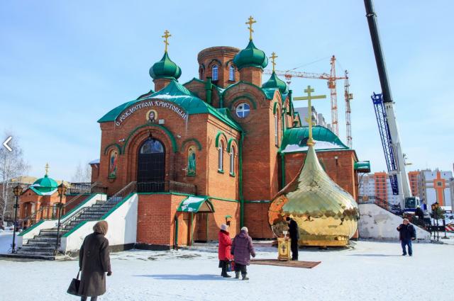 Накупольный крест осветил митрополит Барнаульский и Алтайский Сергий