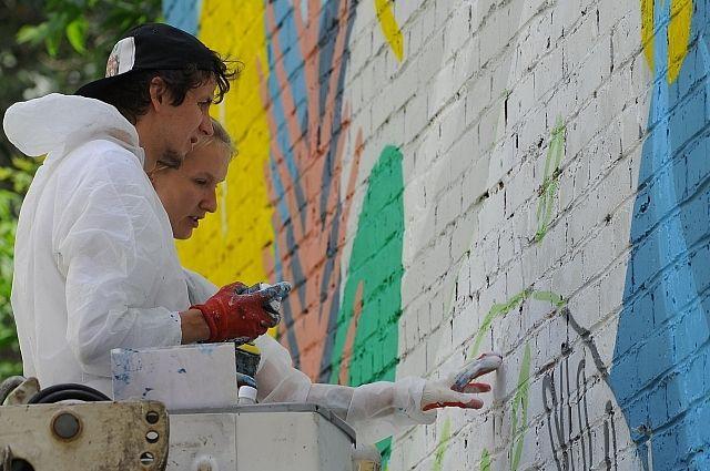 Разрисуют здания художники творческого центра «Сойка».
