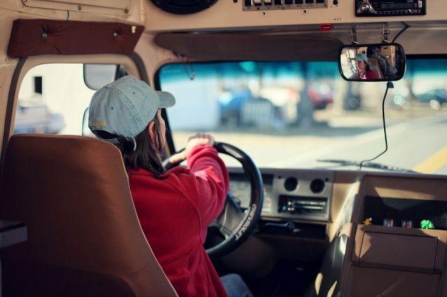 Поставить на учет женщины могут только собственное авто.