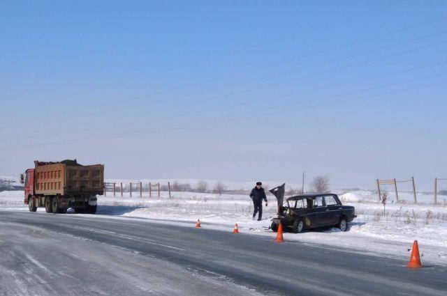 В Орске в столкновении легковой машины и грузовика погиб мужчина.