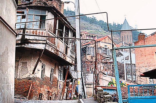 Обветшавших зданий в Тбилиси полно, и, похоже, их не ремонтировали со времени распада СССР.