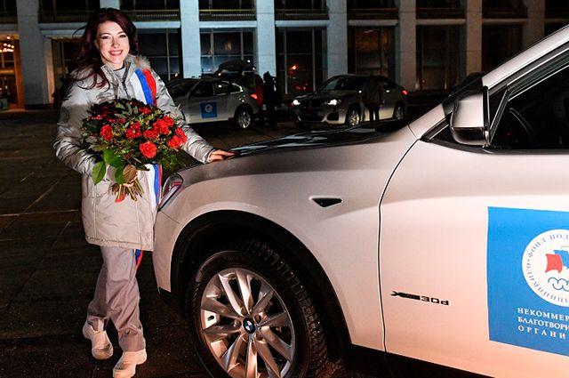 Спортсмены получили 46 автомобилей. Больше всего машин досталось хоккеистам и фигуристам (на фото - Екатерина Боброва), отличившимся в командных соревнованиях.