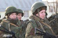 В России девушки служат в армии наравне с мужчинами.