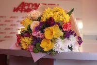 Особенно популярны этой весной составные букеты, собранные из разных цветов.