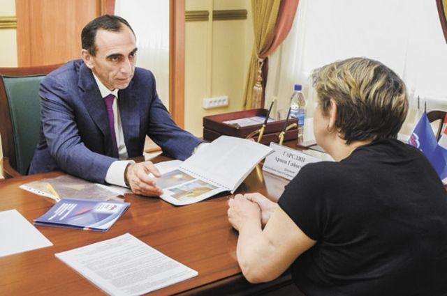 В 2017 г. депутат и его помощники провели 200 приёмов, от граждан принято более 700 обращений.