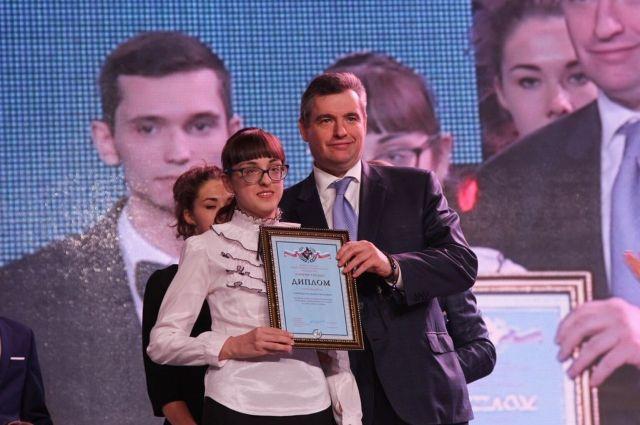 Диана Слипецкая, имеющая с рождения дефект зрения, получила нагрудный знак отличия «Горячее сердце».