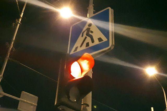 Водитель сбил пешеходов, когда горел красный цвет светофора.