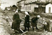 Так наши женщины, добившиеся равноправия с мужчинами, укладывали в Ульяновске трамвайные пути.