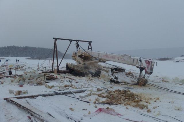 В январе спасатели уже доставали из-подо льда бензовоз и автокран в Киренском районе.