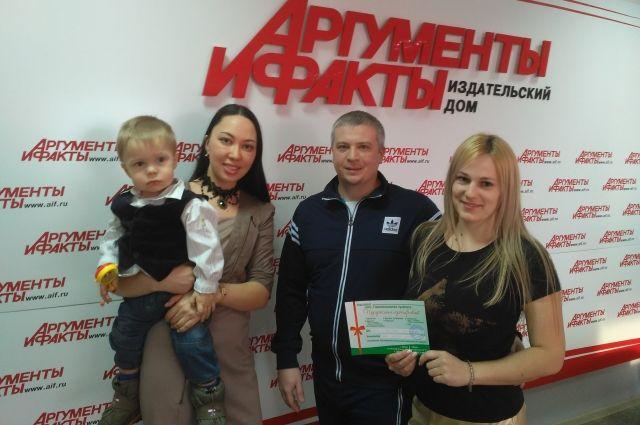 Победители конкурса и представитель компании, предоставившей приз.