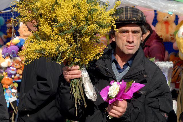 Празднование 8 Марта ассоциируется с лишним выходным и обязательными цветами и подарками для женщин.
