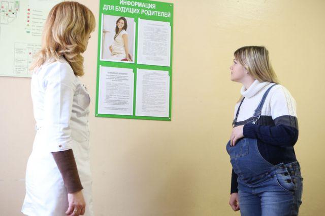 В больницах и поликлиниках появились плакаты с информацией о мерах поддержки матерей.