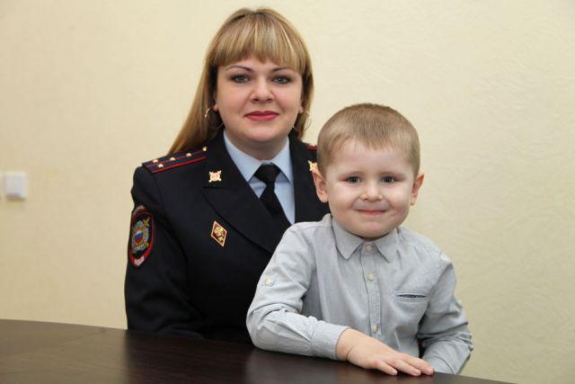 Карина Михайлюкова с сыном Данилой, который хочет стать полицейским, как мама.