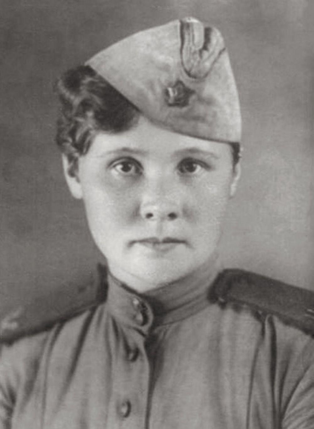 Татьяна Барамзина. В годы войны окончила школу снайперов, была отправлена на фронт, где уничтожила 16 фашистов. Из-за проблем со зрением переучилась на телефонистку.5 июля 1944 года в бою с превосходящими силами противника прикрывала отход раненых, уничтожила до 20 гитлеровцев. Захваченная в плен немцами, была убита после жестоких пыток. Посмертно ефрейтору Барамзиной было присвоено звание Героя Советского Союза.